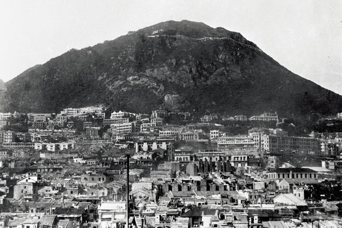 盧吉道於1922年竣工。當時的山頂是個光禿石山,懸空的路段像天橋(skybridge)。而山下已建有皇仁書院、庇理羅士女子中學,還有皇后大道上的先施公司。(圖片由香港歷史檔案館提供)