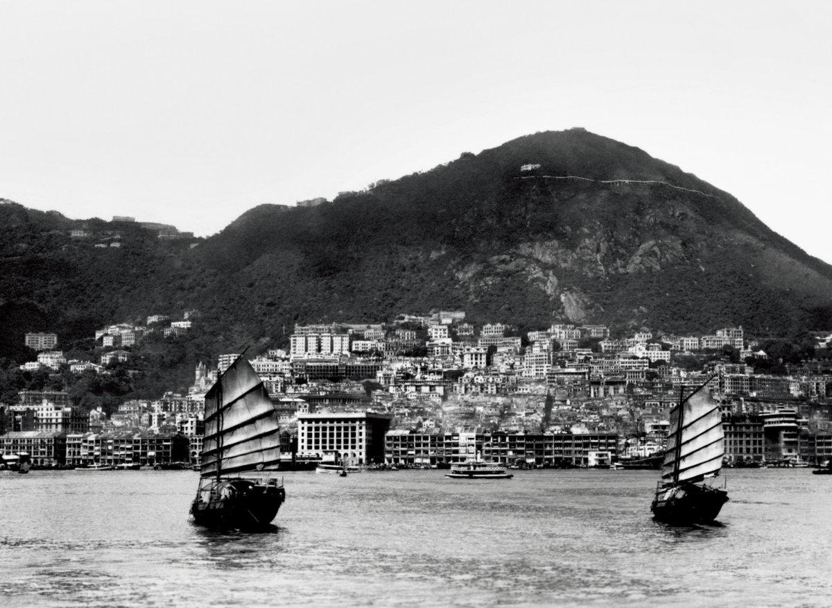 1970年代,沿着海岸線的大廈愈建愈高,盧吉道附近亦多了不少建築物。(圖片由政府新聞處圖片資料室提供)