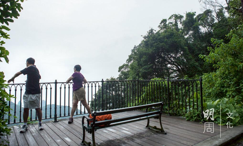 扶着欄杆,做些拉筋的舒展運動時,也可邊遠眺維港景致。