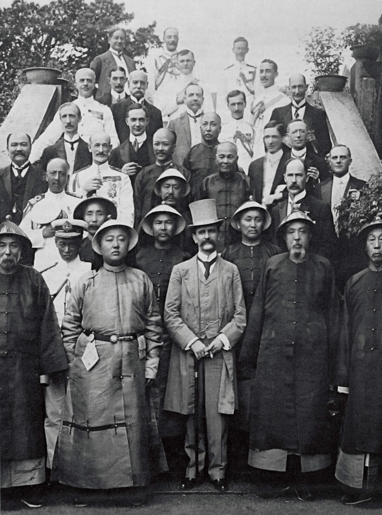 盧吉港督在任期間,少數華人憑藉經濟上的成功, 成為社會中上階層,能與政府內的官員往來。前排中間為盧吉港督。(圖片來自《The University of Hong Kong:an informal history》)