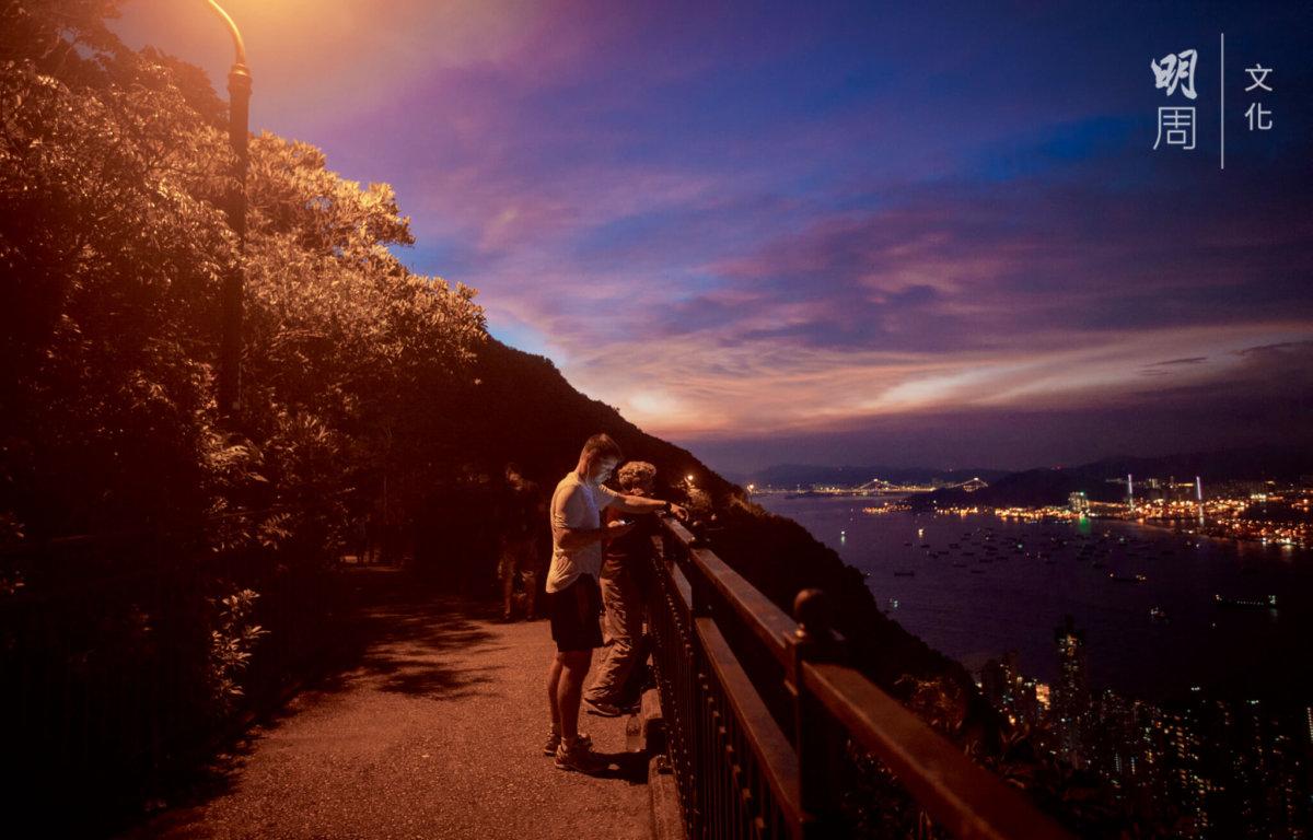 路上的人期待着黃昏至入夜間的magic hour,紫藍的天空,山下的大廈燈飾剛亮起,一個藍調的維港。
