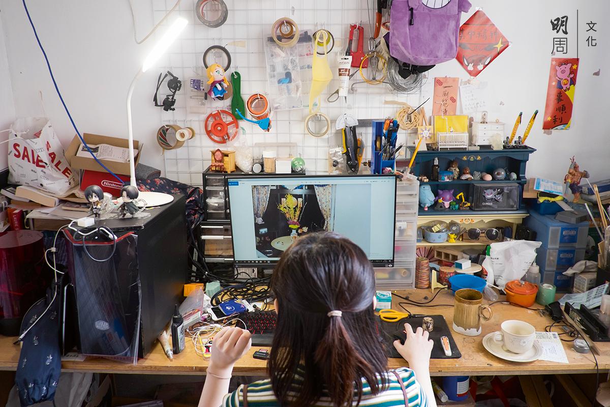回到自己家中的工作室最舒服,她在這裏看電影、砌模型─如果放工後還有精力。