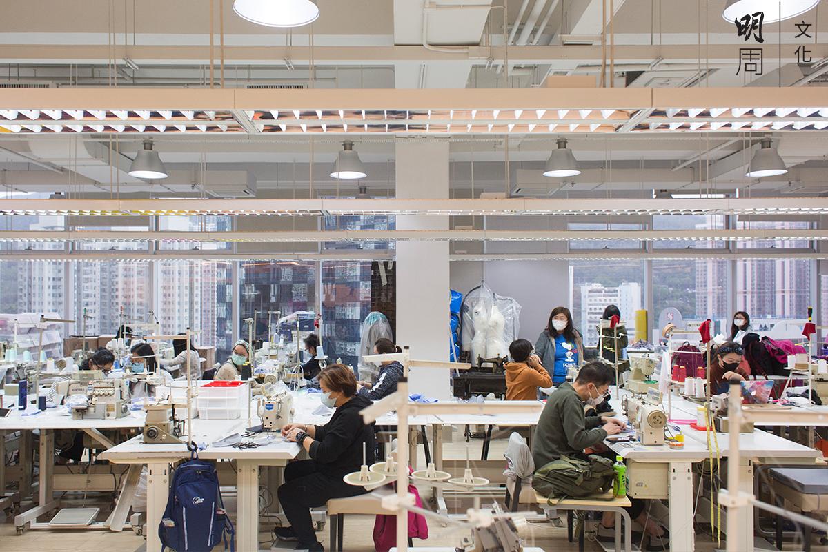 一班有心的義工,在「廠房」裏默默縫製口罩外套。