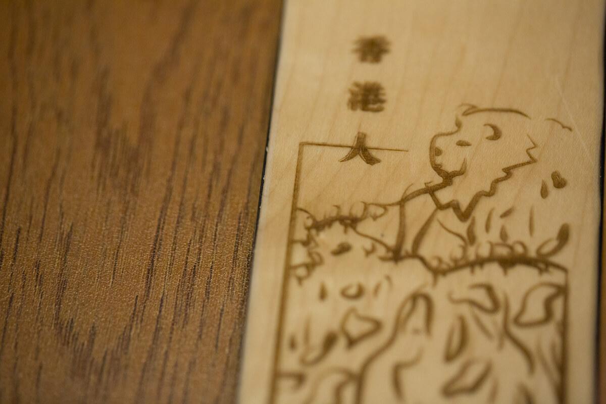他們以日曆中的插圖,延伸製作了木製手機殼。