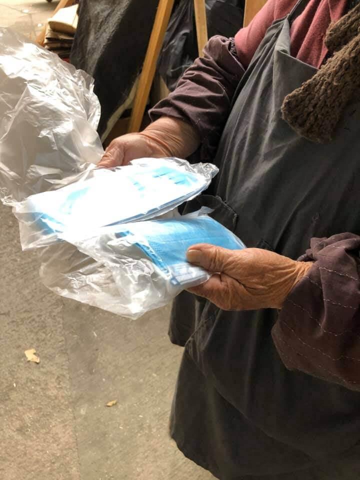 在街上的長者,偶遇到有心人,也許有幾個口罩可以頂住先,但是對於躲在家中沒法出門的長者,情況更堪憂。(相片:Benson Tsang)