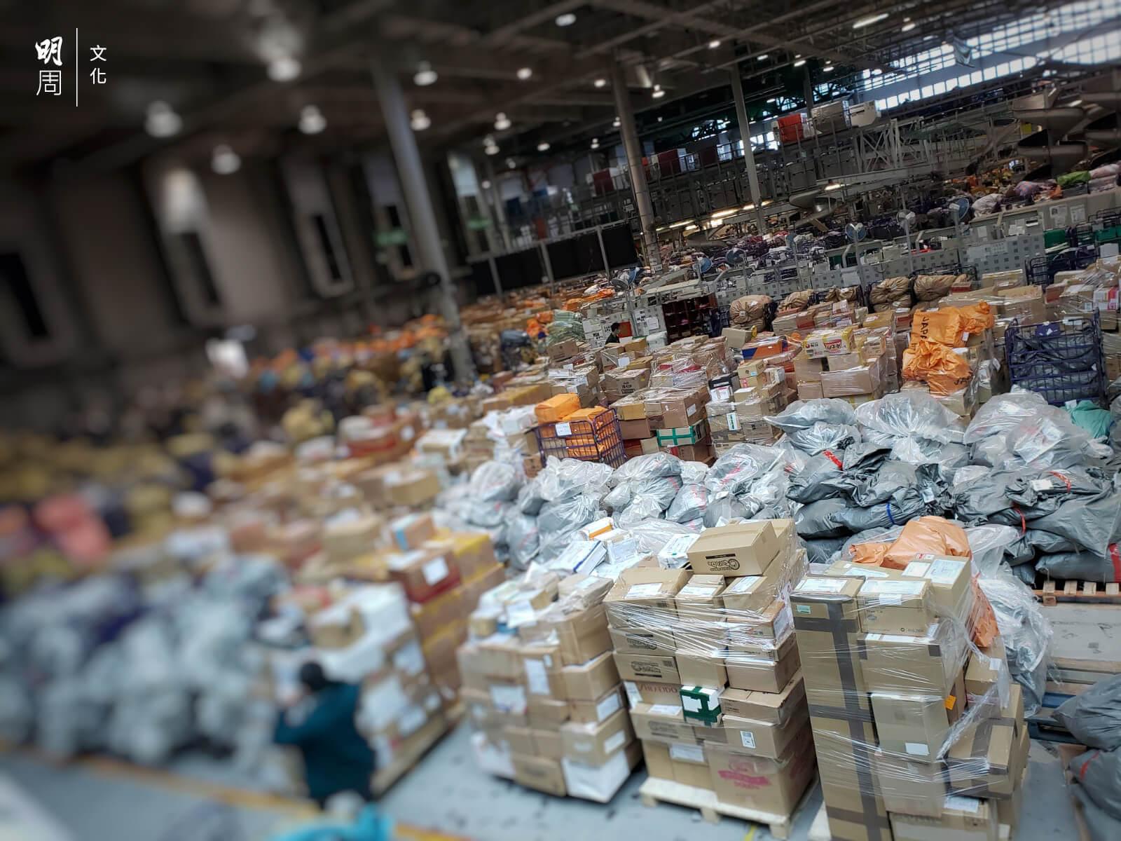 位於機場的空運中心,堆滿大型貨物。