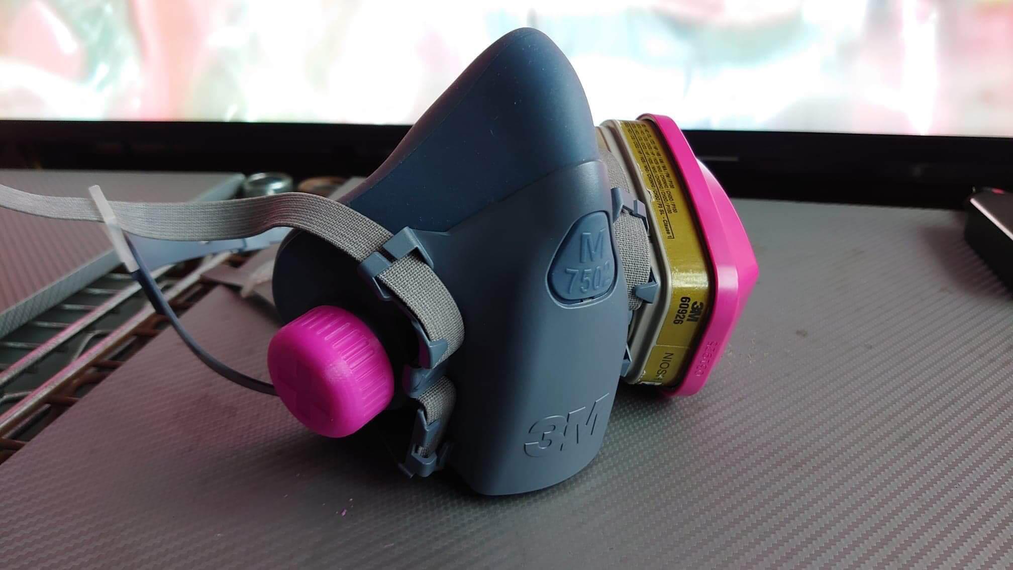 為防毒面具設計的密氣蓋,令原本需要兩個濾罐或灑棉變成只需用一個。