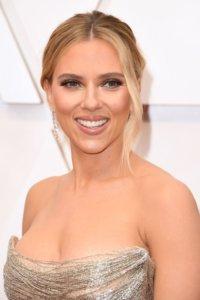 Scarlett Johansson,憑藉《婚姻的故事》(Marriage) 及《陽光兔仔兵》(JoJo Rabbit) 獲雙提名入圍最佳女主角和最佳女配角。她的裸妝要點為香檳色的眼影與裸色唇彩搭配,使眼妝明亮有睇頭,同時散發女人味! 一向古靈精怪的Billie Eilish剛剛橫掃格林美大獎,今次在奧斯卡上亦成亮點擔任嘉賓。身穿全白Chanel Oversized套裝,Lace手套上突顯超長水鑽黑色Gel甲,穿搭風格十分出位。她的裸妝重點跟本就是「沒有在化妝」,淡淡妝容主打純淨素粉色,搭配上浮誇螢光綠與黑色漸層的頭髮造型,個人特色盡顯。