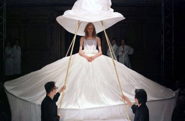 Yohji Yamamoto FW1998以達尼號女性所戴的大帽子為婚嫁系列揭開序幕