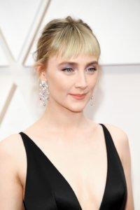 Saoirse Ronan以瀏海造型登場,粉嫩色調的眼妝及唇色,眼頭的珠光感點綴仙氣。在鑲嵌粉紫白水鑽的耳環襯托下,非常氣質典雅。
