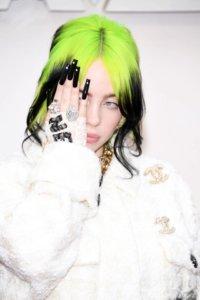 一向古靈精怪的Billie Eilish剛剛橫掃格林美大獎,今次在奧斯卡上亦成亮點擔任嘉賓。身穿全白Chanel Oversized套裝,Lace手套上突顯超長水鑽黑色Gel甲,穿搭風格十分出位。她的裸妝重點跟本就是「沒有在化妝」,淡淡妝容主打純淨素粉色,搭配上浮誇螢光綠與黑色漸層的頭髮造型,個人特色盡顯。