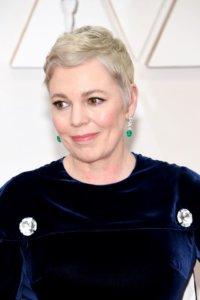 上年奧斯卡影后Olivia Colman,將頭髮染成了白金色,畫上裸妝更顯粉潤𠵍白 氣色。