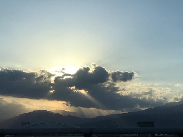 很喜歡慢賞宜蘭的雲景,單是一個90度角位,已是兩副景象!黃昏時份,太陽光穿透雲層,更令人目眩。
