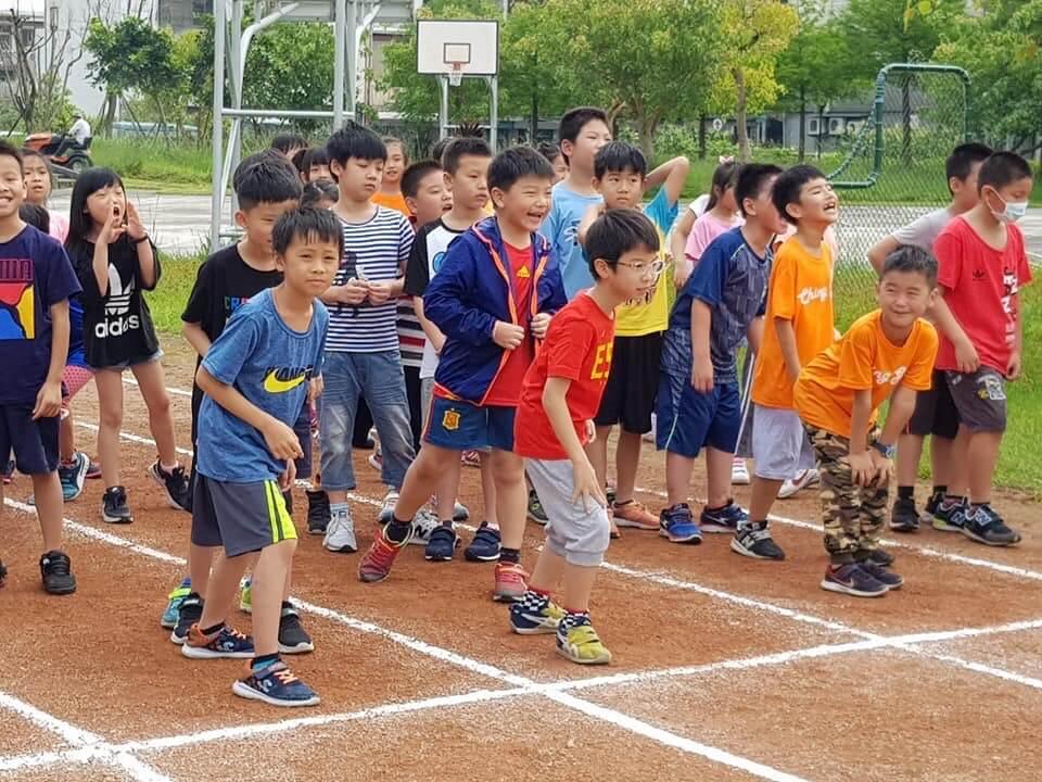 小兒子上體育課,老師即興安排大家比賽跑步,一般來說,宜蘭的國立小學都穿便服,一星期頂多只有一天需要參加早會,才穿校服。