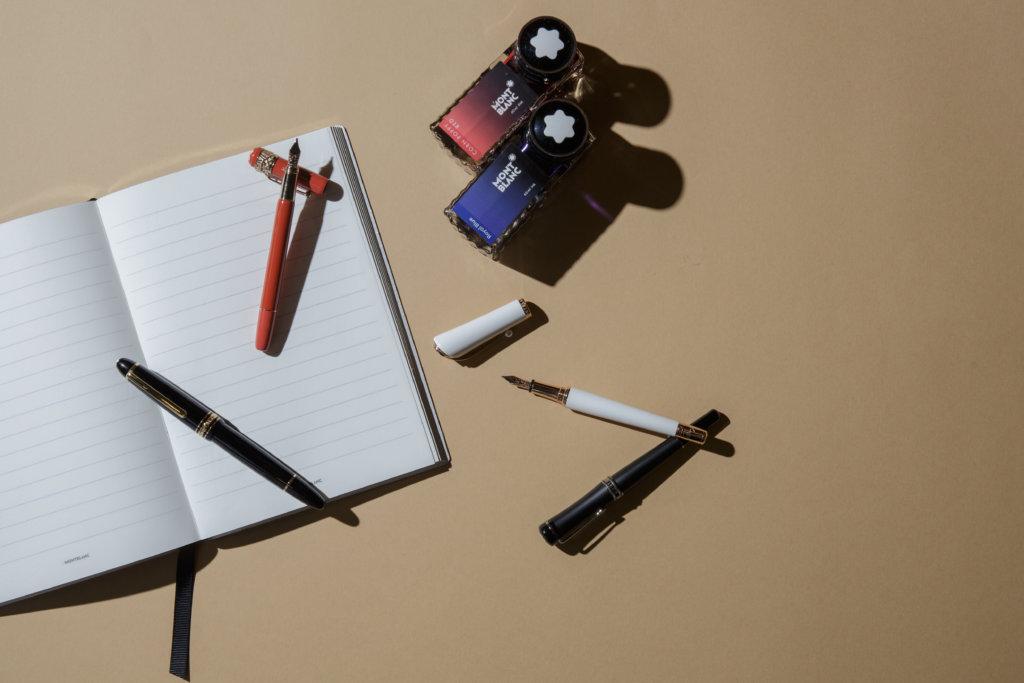 (左起) Montblanc Meisterstück大班書法系列珍貴樹脂彈性筆尖149鋼筆 $ 7,700 Heritage傳承系列Rouge & Noir特別版鋼筆 $7,100 墨水瓶 $145/ 60ml 女士系列瑪麗蓮夢露特別款鋼筆$7,600 Bonheur系列Boyfriend鋼筆$6,200