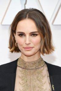 Natalie Portman今屆奧斯卡雖無提名,但禮服細節更別出心裁。Highligh髮尾微微外翹,豆沙色眼影配微Cat Eye妝容,再以粉膚色調點綴唇頰,彰顯巨星魅力。