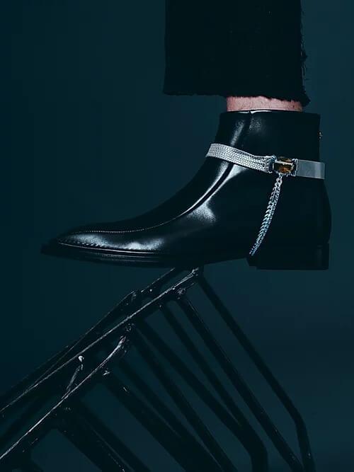 一條CHOKER頸鍊,在品牌巧思下,更化身成鞋履的配飾。