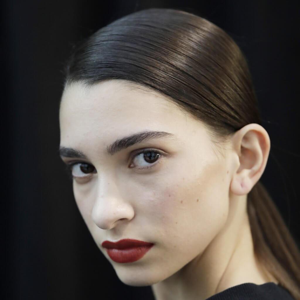 今季系列只有黑、白、灰、紅色;重點則在細節,包括:線條、皺摺、流蘇、修腰上;把Jil Sander的簡約典雅推到極緻的是低馬尾、乾淨的裸妝、深紅的唇色選擇,令整體造型更優雅幹練。