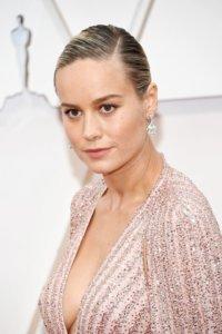 Brie Larson以Deep V粉色晚裝現身,搭配油頭盤髮造型,甫出場便成為鎂光燈焦點。她的裸妝以粉膚色調襯托服飾,以幼眼線畫出精髓,既溫柔又有氣勢。