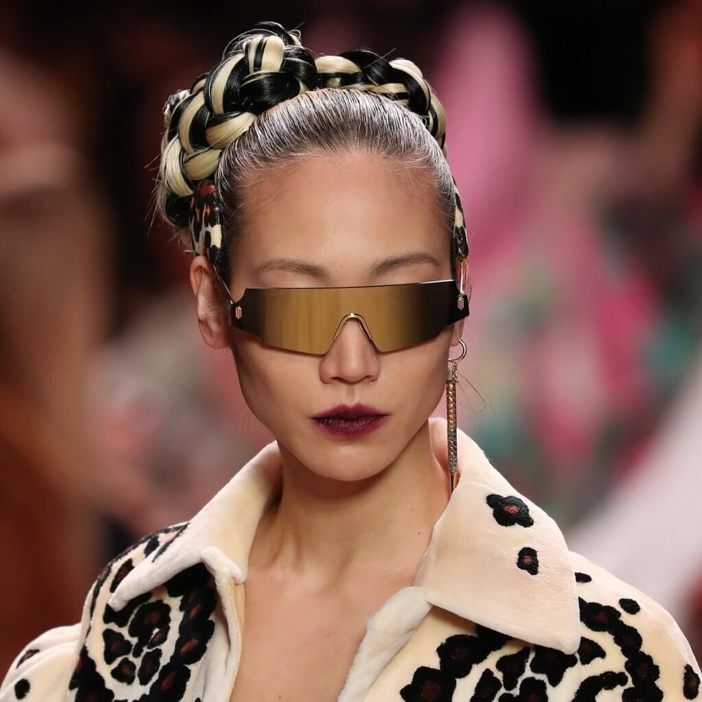 在2020秋冬季,Fendi以深紫唇色呈現舞台,色選介乎於紫、酒紅與黑的維度之間,令膚色顯白之餘,同時令人散發出性感成熟的氣息。無論亮面、啞面、染唇、抑或是厚塗都能展現氣勢十足的女人味!搭配上靈感來自星際大戰「莉亞公主」後鬢髮型,微微散發未來感。