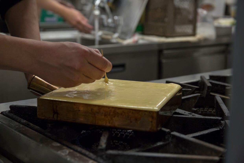 小島浩郁手執竹籤,在蛋漿內來回打圈挑走氣孔,務求焗起的玉子燒夠軟滑平均。