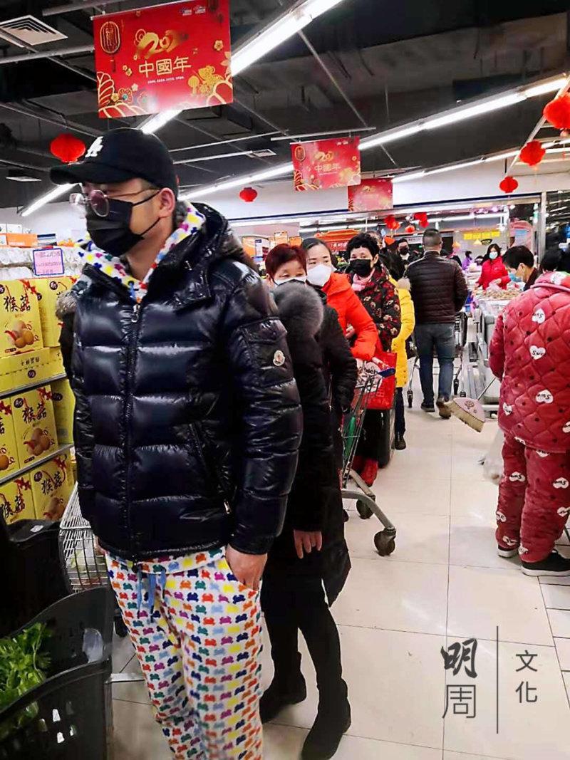 超市裡買菜的市民