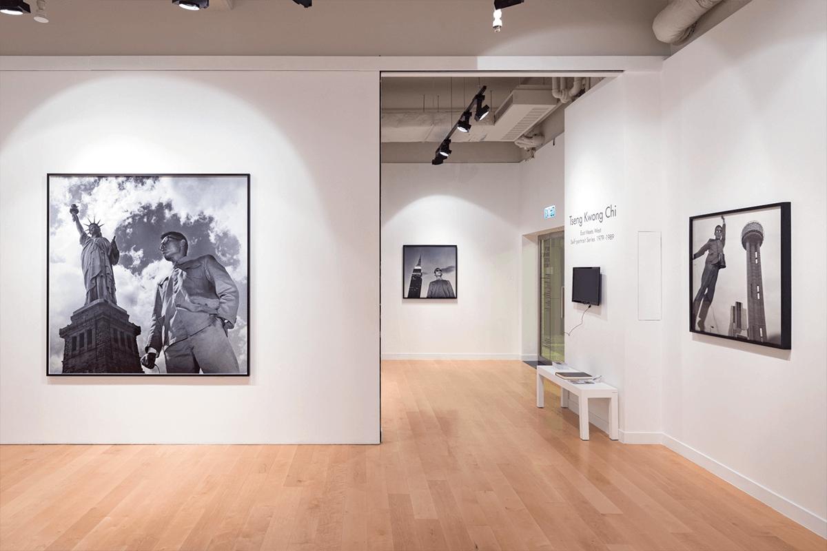 曾廣智身穿中山裝站在紐約自由女神前,是《East Meets West》系列的標誌性作品。