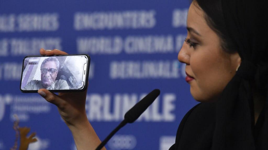 拉穌羅夫的女兒Baran手執手機,讓父親透過視像通話,在柏林影展與外界交流。