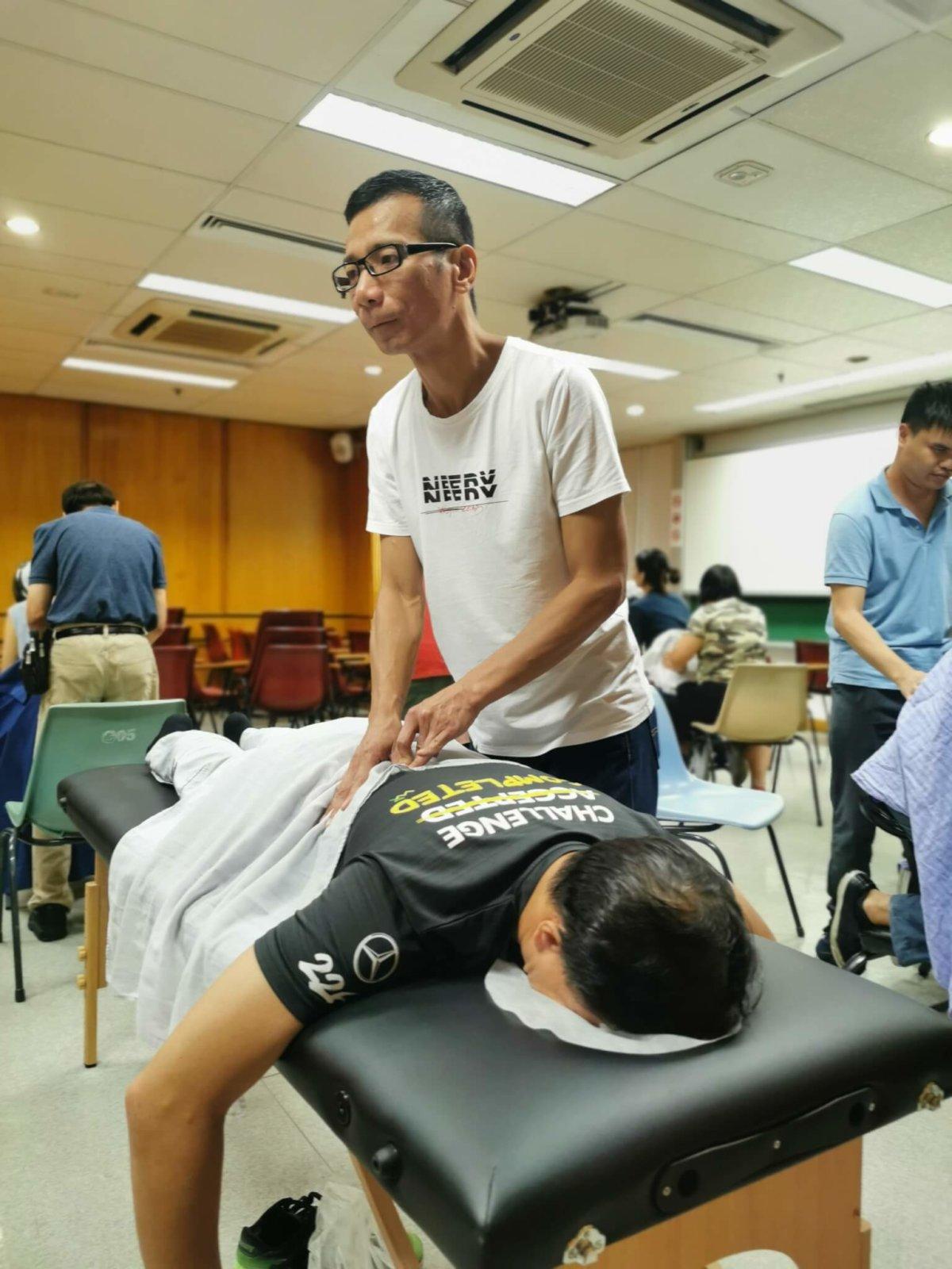 香港失明人協進會在2019年為現職按摩師的視障會員提供職業培訓 (圖片由受訪者提供)