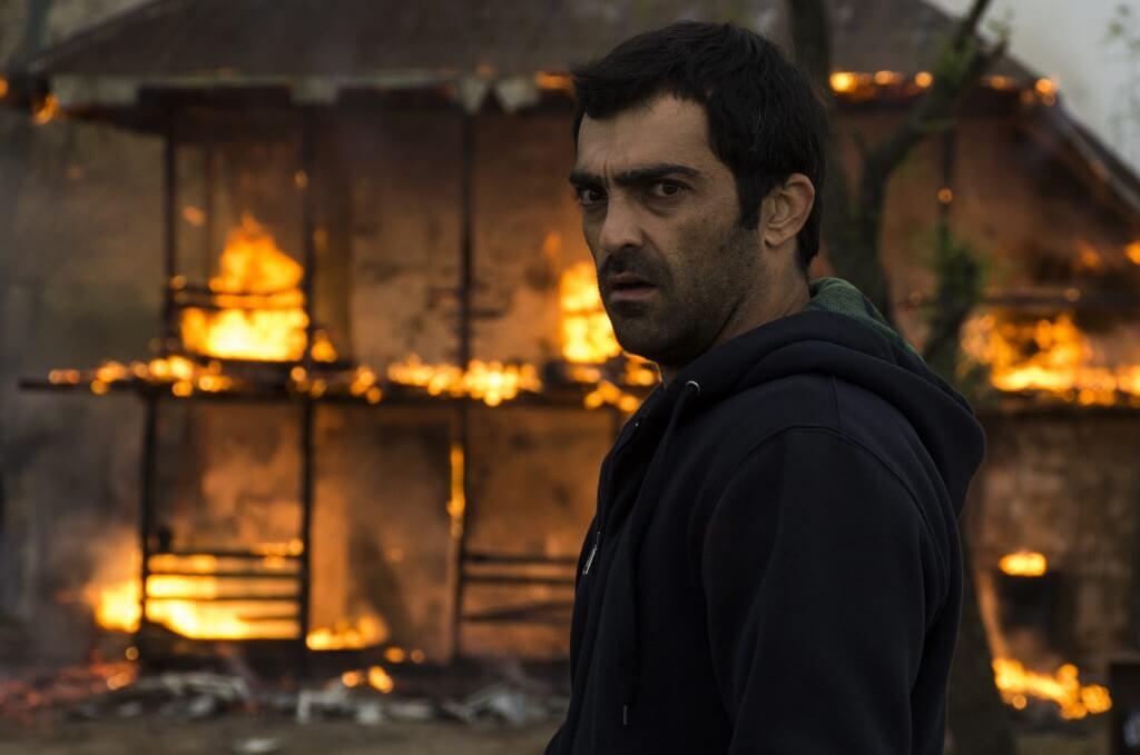 《就算世界與我為敵》中,由演員Reza Akhlaghirad飾演的同名主演,為人正直,但總是板起臉,眉頭似是燒着怒火。