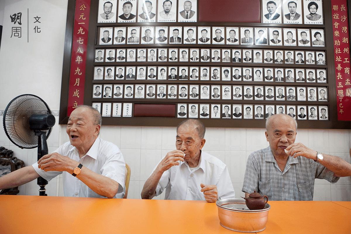 許鑑(左)、鄭碧木(中)、黃木炎(右)這幾位資深「搞手」,常到會所聚會喝茶。