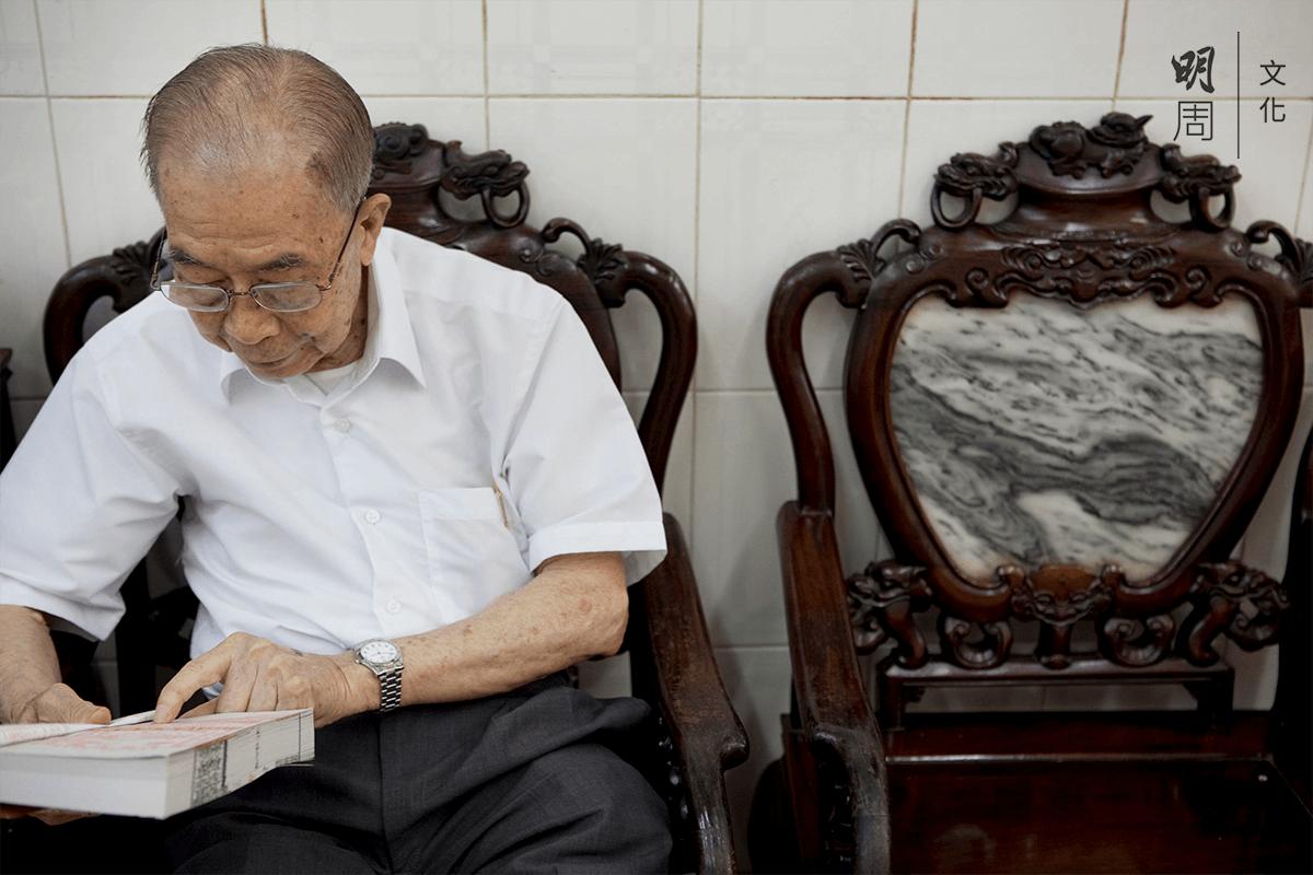 九十二歲的鄭碧木相當誠心,堅持傳統習俗。
