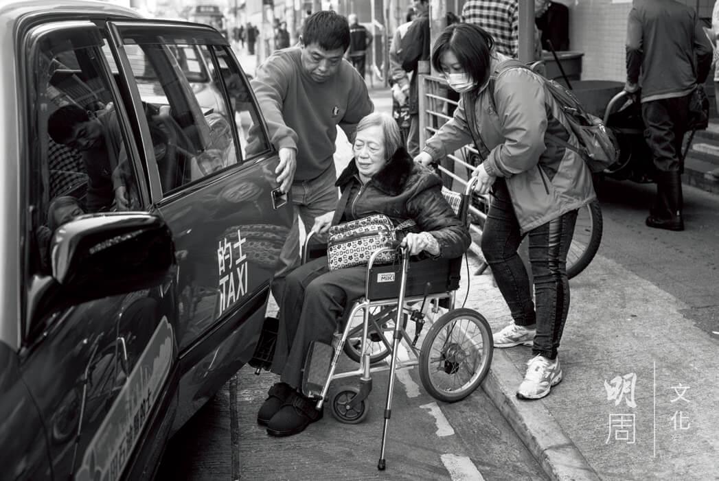 好不容易,才遇到願意接載輪椅長者的好心司機。