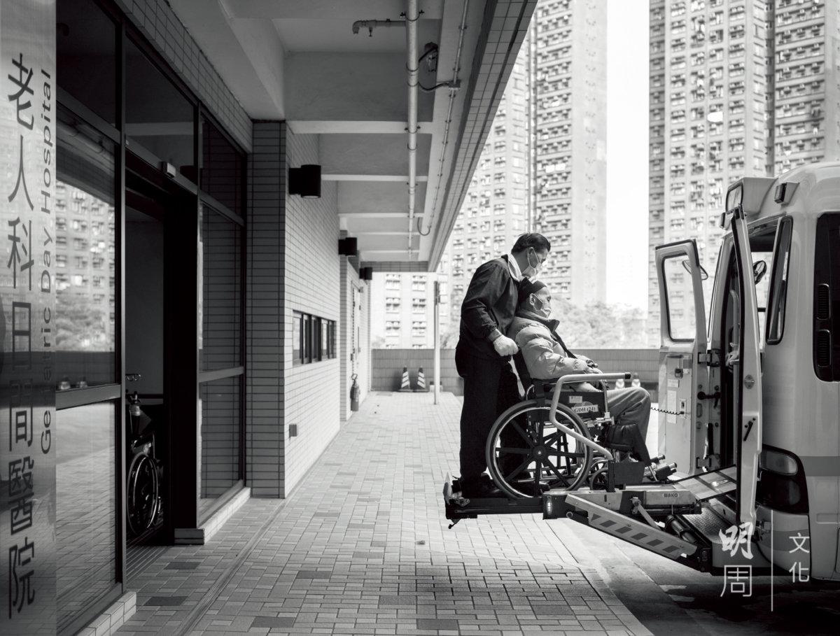 屯門醫院非緊急病人運送服務,會把前往日間醫院接受復康治療的長者接載回家。