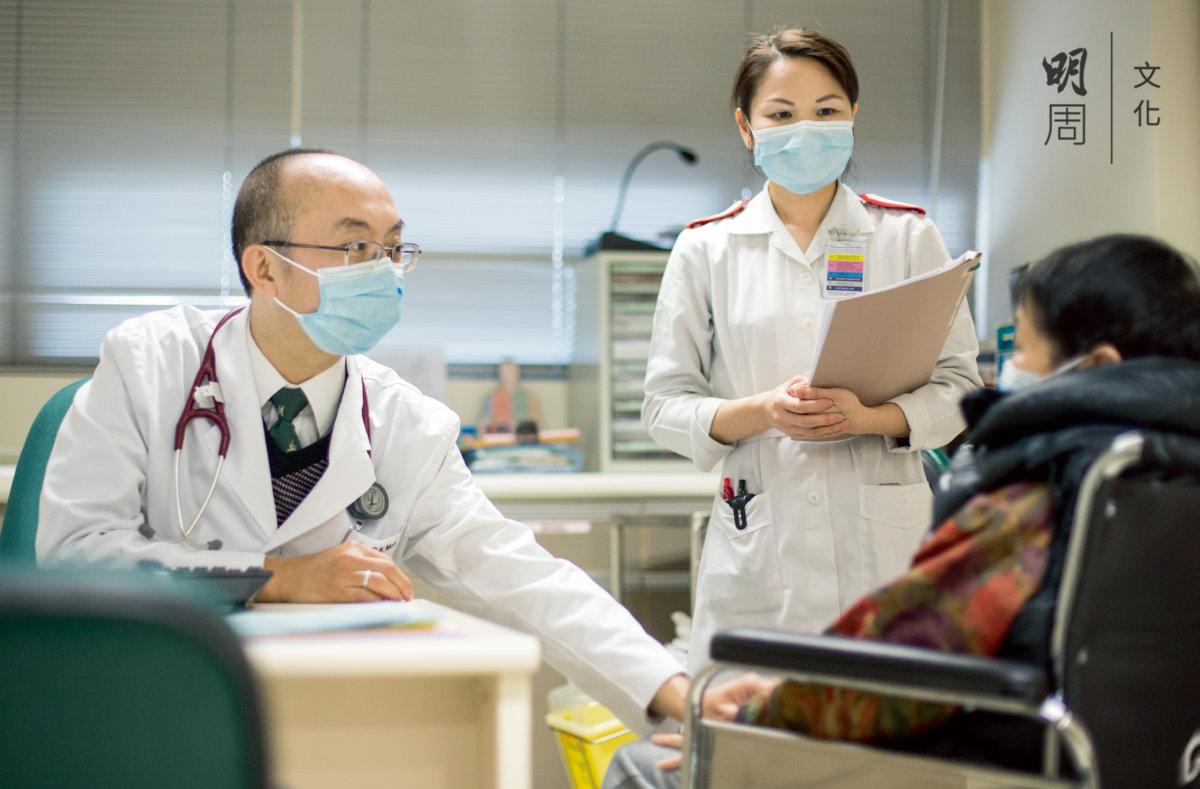 屯門醫院內科及老人科部門主管、老人科專科醫生莫俊強認為,老人科醫生最基本的要求就是要有耐性,看診時通常要比其他情況下多一倍時間。