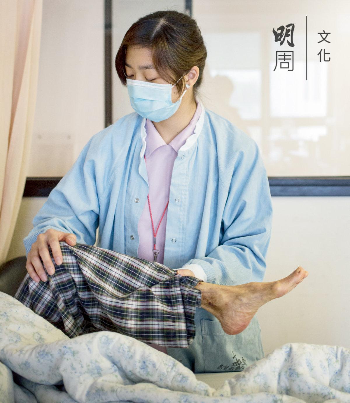 護士正為不能下牀的病人做肢體伸張,防止他們因肌肉萎縮而蜷縮如「蝦米仔」。