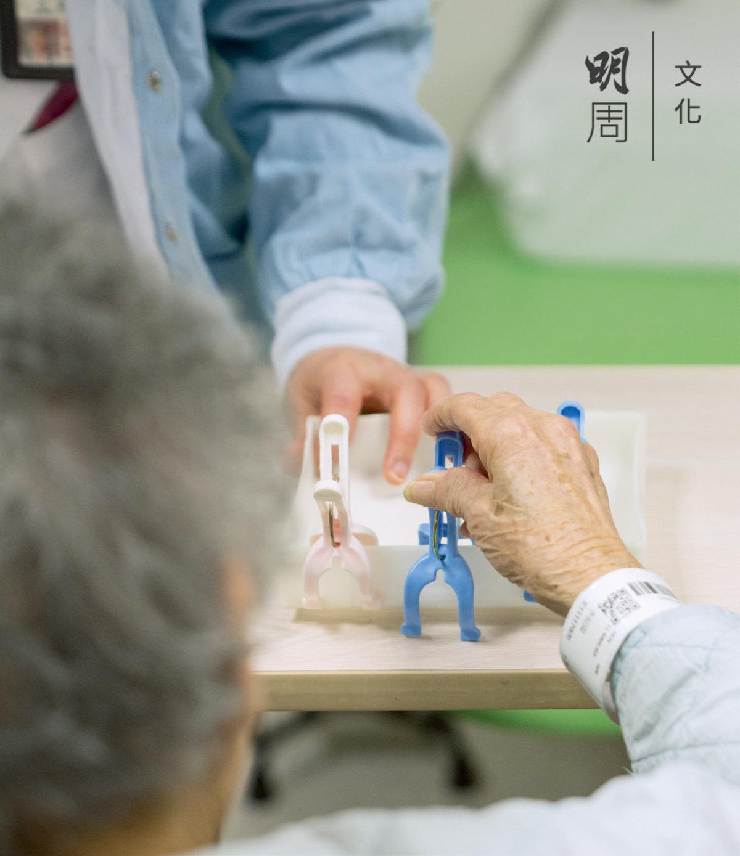 長者在職業治療部做手部訓練