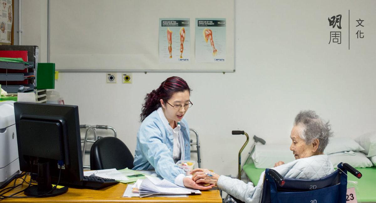 職業治療師為長者評估活動能力以便設計康復計劃