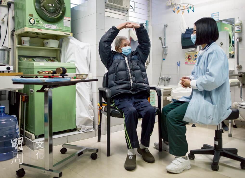 職業治療師幫助伍伯訓練各式手部活動能力