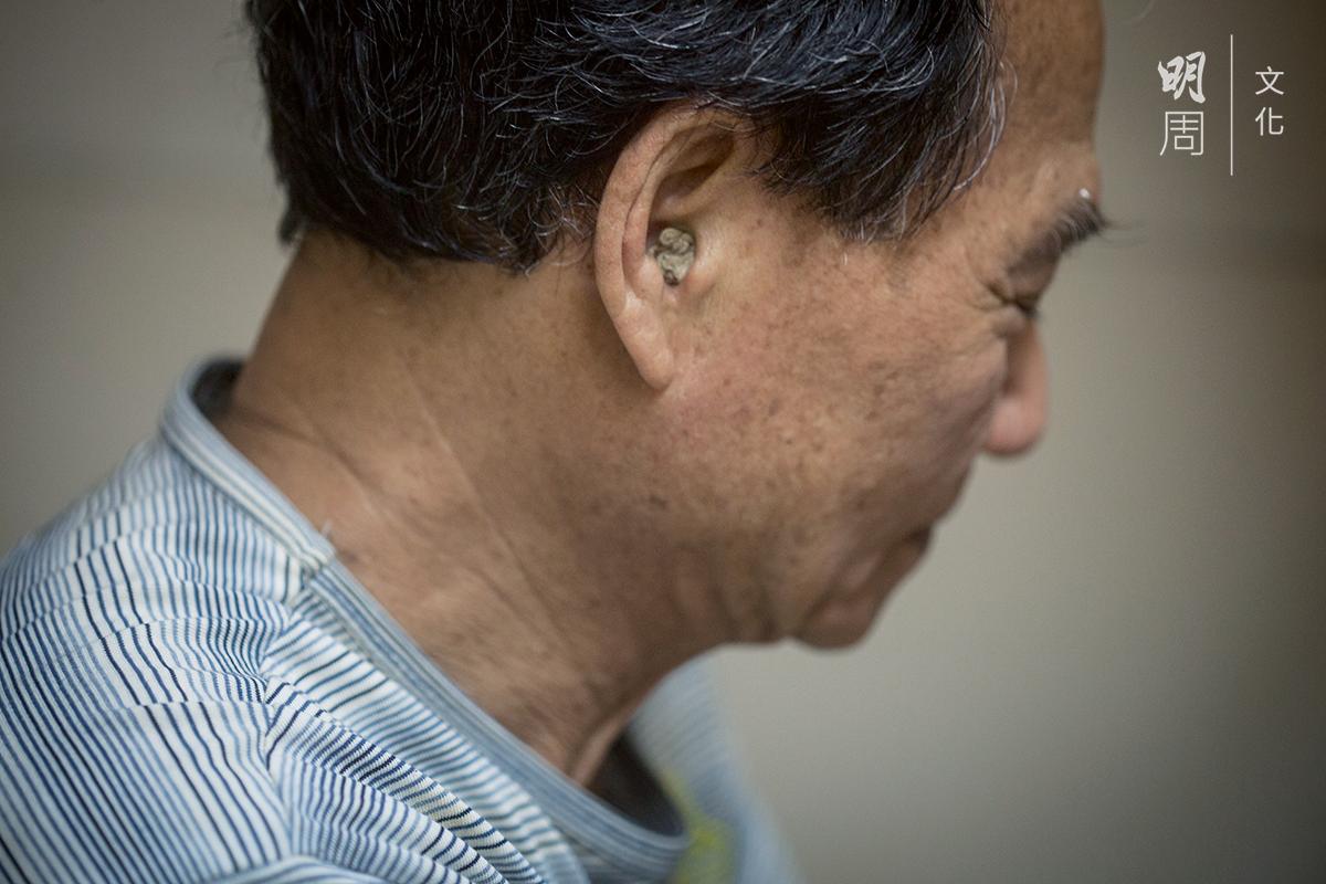 用棉花加凡士林潤膚膏自製耳塞,每兩天換一對。權叔戴上自製耳塞,塞到最裏頭,便聽不到周邊人說話。