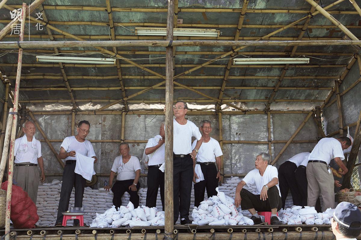 放置平安福米的專區,準備派發給街坊。