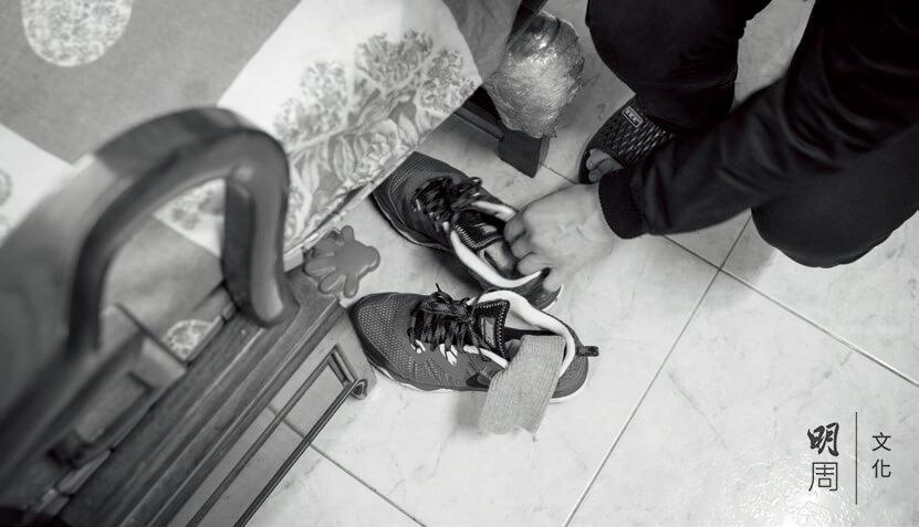 每天晚上為父親準備好第二天的鞋子和襪子