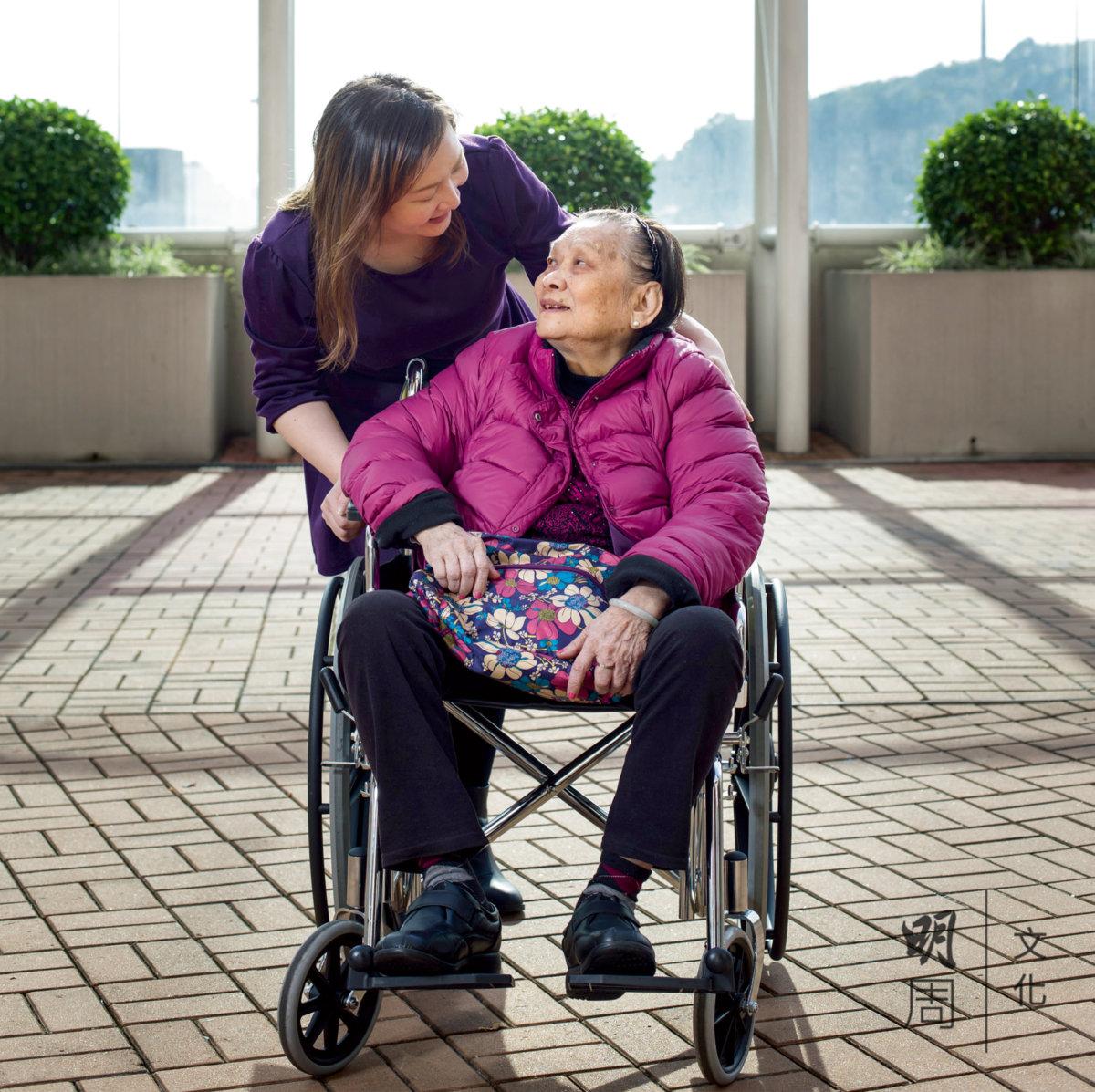 衛小姐一有時間就會陪伴母親,盡量親力親為,不想事事假手於人。