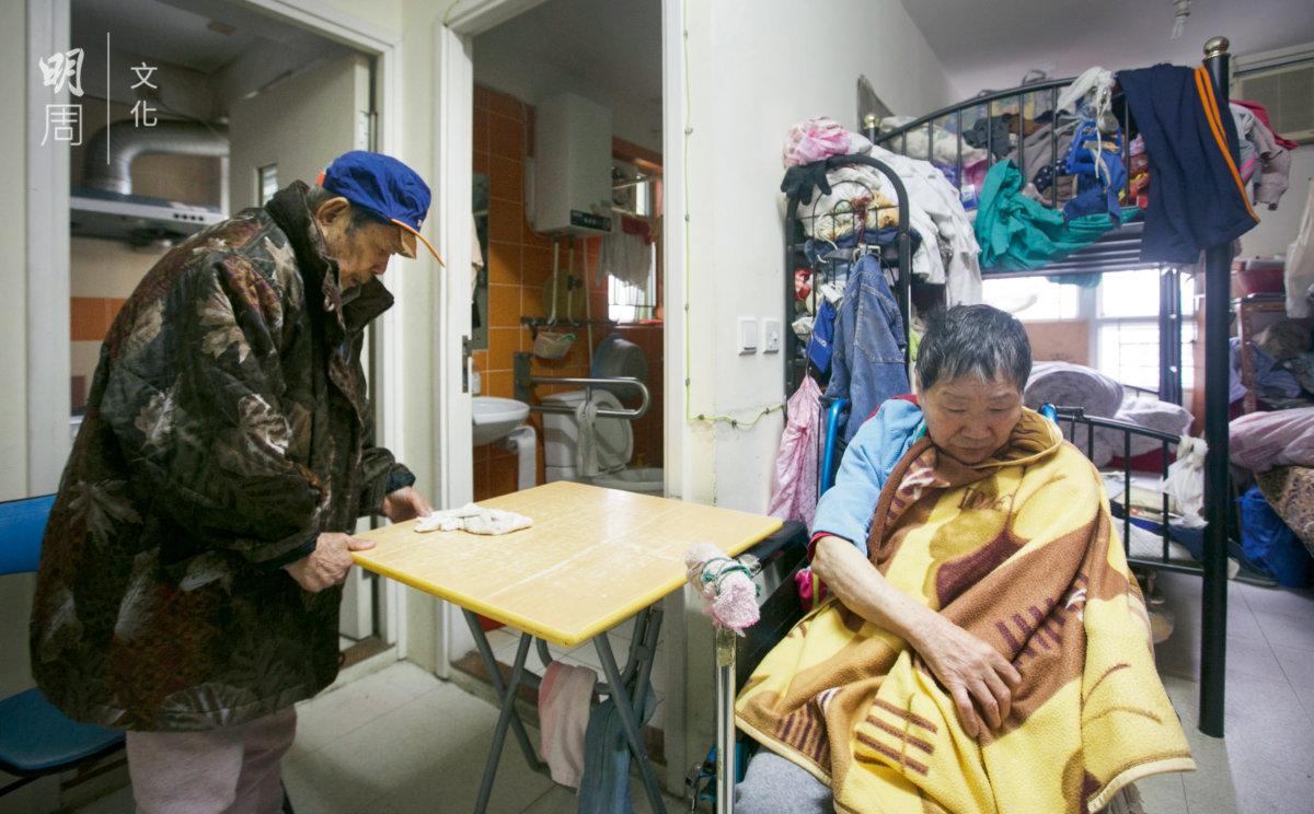吳兆榮包攬所有家務事,照顧太太終年無休。