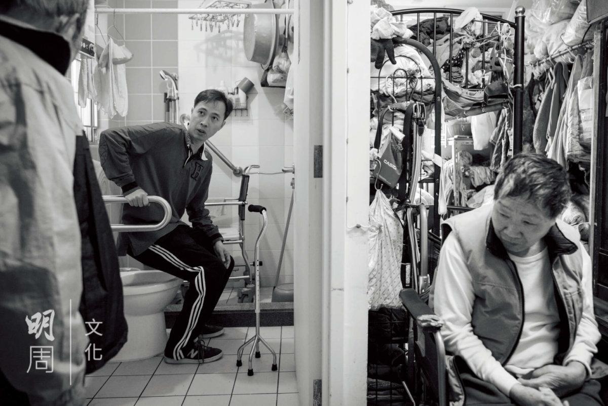 職業治療師建議吳伯在協助太太使用洗手間時,要向扶手借力。