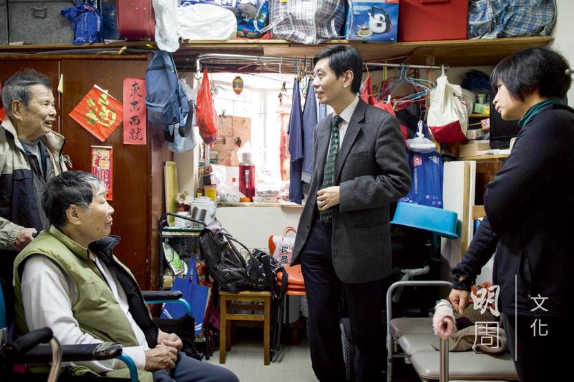老人科專科醫生梁萬福攜同物理治療師、職業治療師一起探訪這對老夫婦,提出改善居家安全的建議。