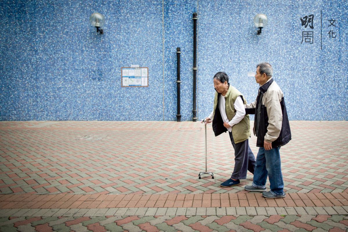 每天輔助老伴練習走路,腳步蹣跚,但是安心,畢竟是自己親自關顧着。