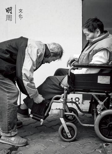 醫生認為,以吳伯的年紀,經常屈身彎腰為妻子穿鞋, 容易造成勞損受傷。