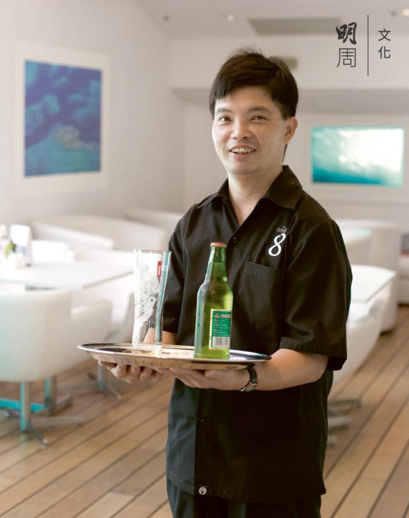 容灝斌十分熱愛自己在社企cafe 8的這份工作, 工作時有親切的笑容。