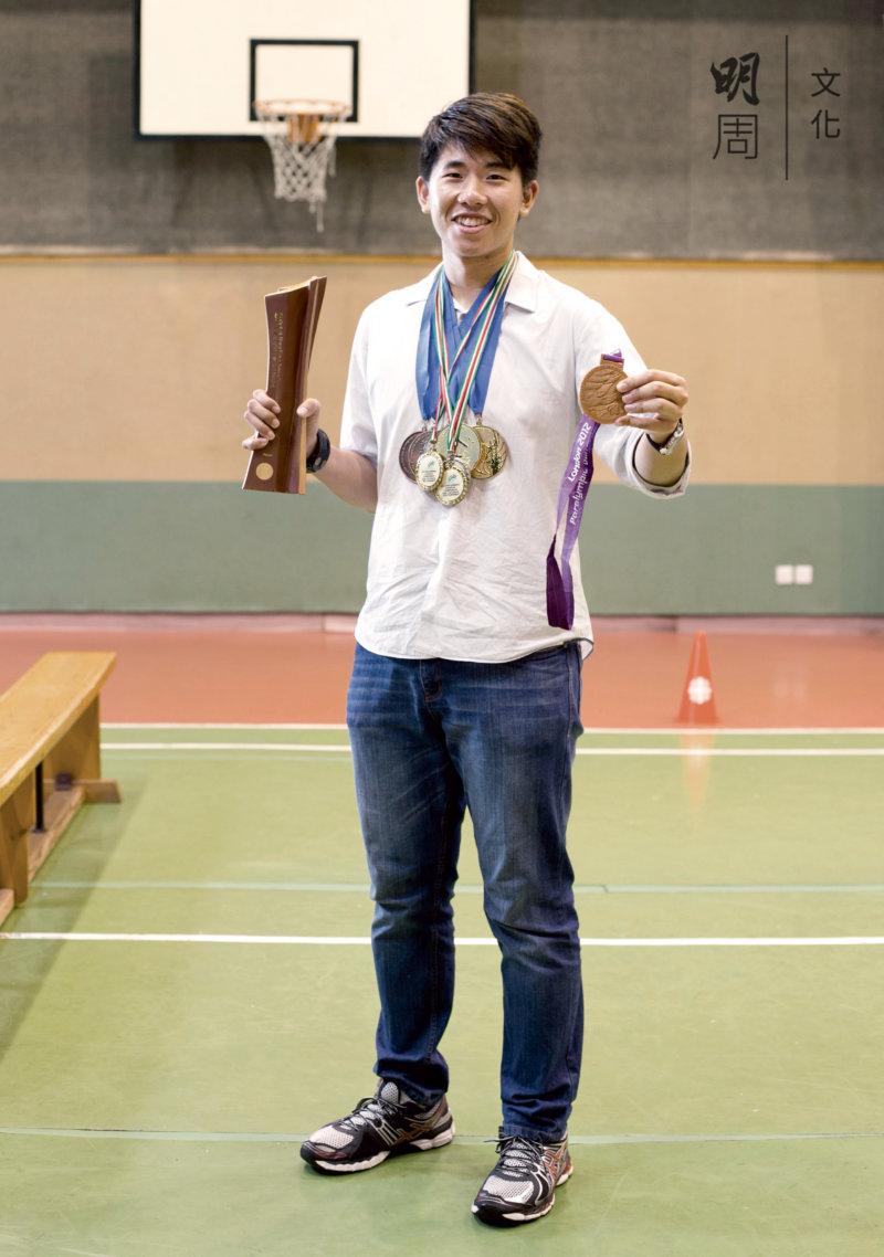 歐棨麟 22歲 2013年獲取中銀傑出運動員的獎項,曾參加2012倫敦殘疾人士奧運會,獲頒100米背泳銅牌。